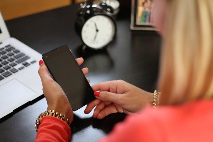 Pour savoir comment dénoncer une arnaque téléphonique, consultez aquiestcenumero.fr